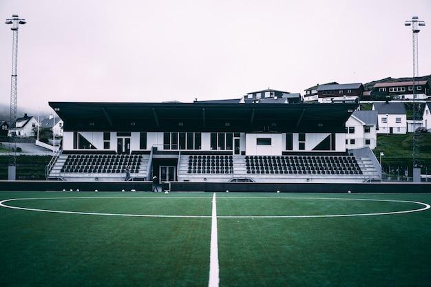 フェロー諸島の小さなサッカースタジアムの水平方向のビュー。 無料写真