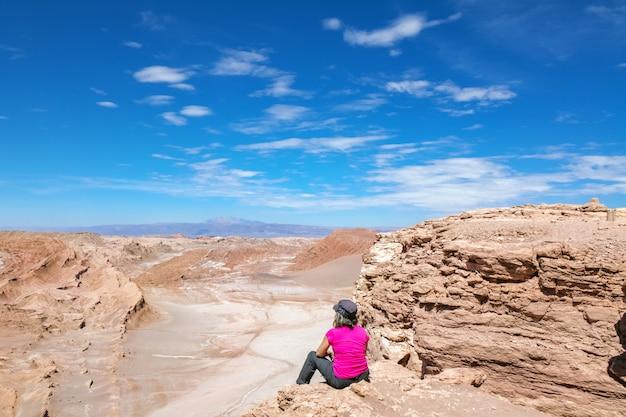 Horseshoe bend on the colorado river near page, woman tourist looking at beautiful sunset view, arizona, usa Premium Photo