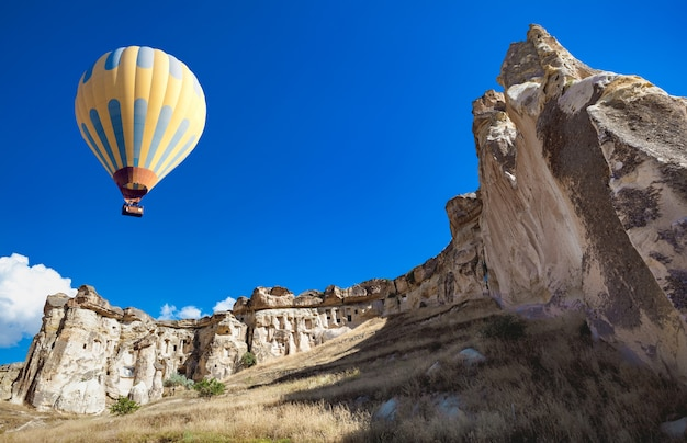 Hot air balloon over cappadocia Premium Photo