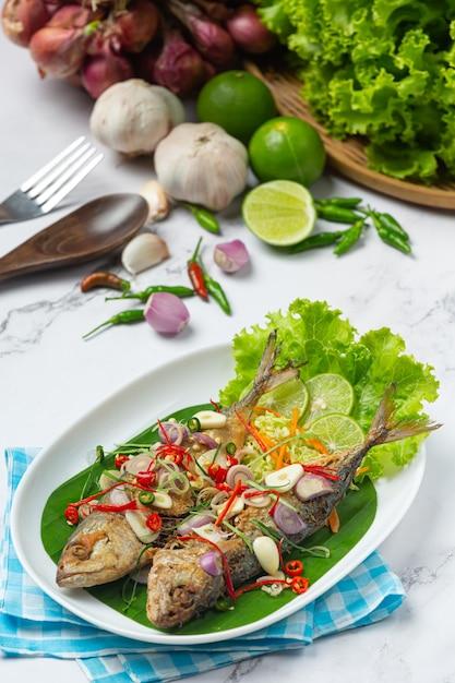 タイ料理の食材で飾られた辛くて辛いサバ 無料写真