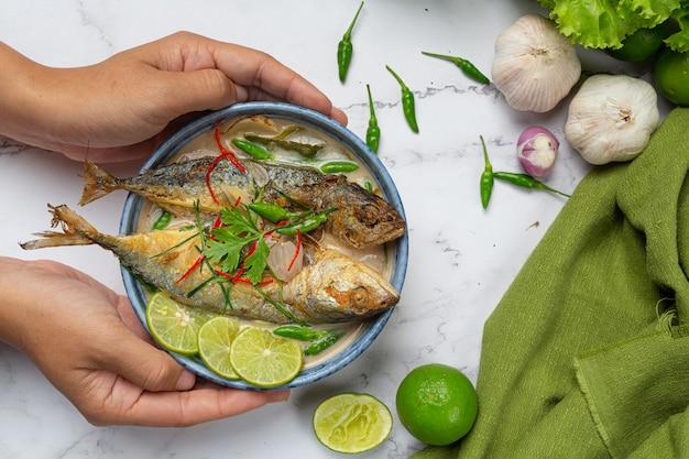 Острая и острая скумбрия, украшенная тайскими продуктами Бесплатные Фотографии