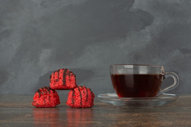 大理石の背景に3つの甘いキャンディーが入ったホットなアロマティー。 無料写真
