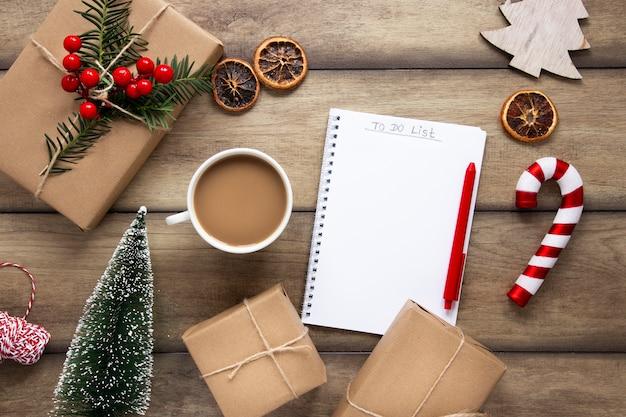 Bevanda calda con regali di natale e notebook Foto Gratuite