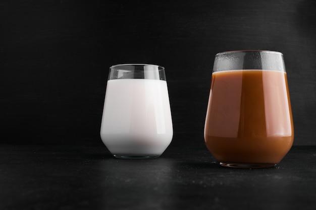 ガラスカップに入ったホットチョコレートと牛乳。 無料写真