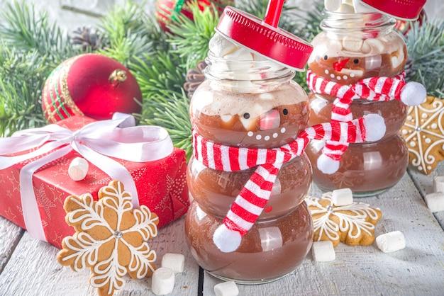 마시멜로와 함께 재미있는 눈사람 병에 핫 초콜릿 프리미엄 사진