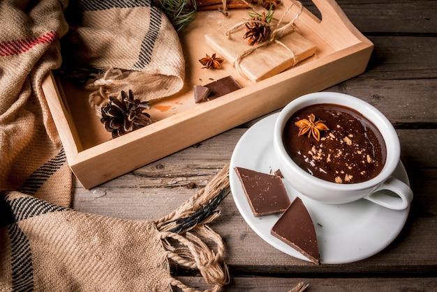 ホットチョコレートマグとクリスマスプレゼント Premium写真
