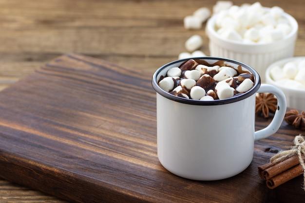 ホワイトメタルのヴィンテージマグカップにマシュマロを添えたホットチョコレート Premium写真