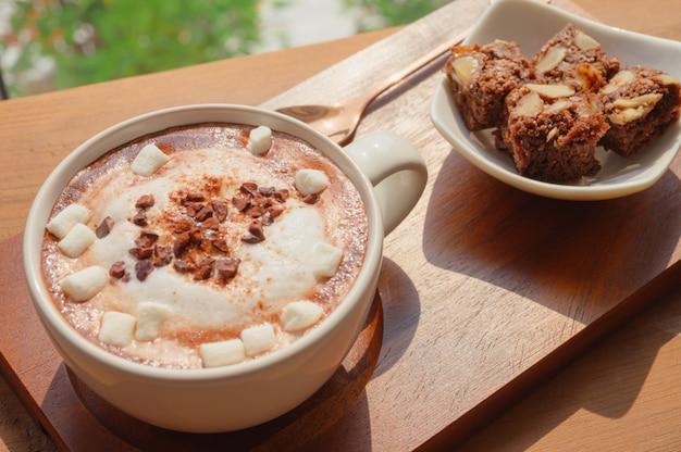 マースマローキャンディーと自家製チョコレートブラウニーのホットチョコレート Premium写真