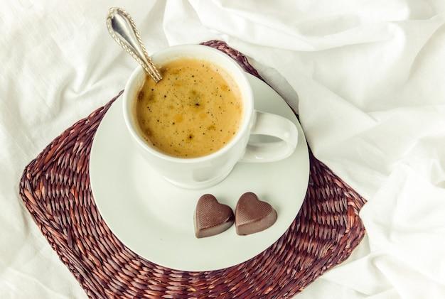 Hot coffee in bed. selective focus. Premium Photo