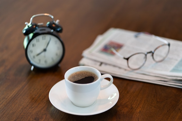 Hot coffee cup and vintage clock time at 8 o'clock in the morning Premium Photo