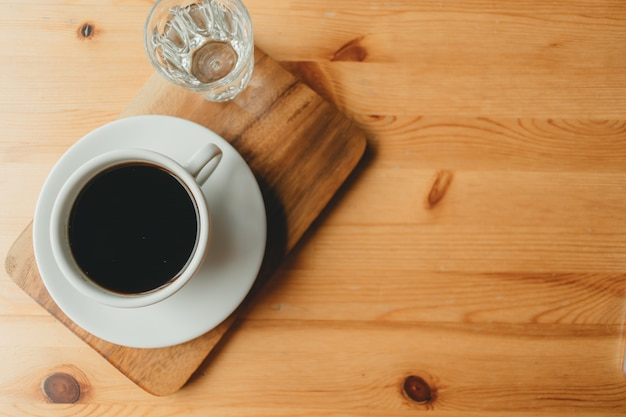 Hot cup of americano coffee on wooden desk. Premium Photo