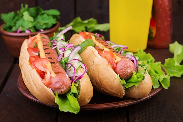 Hot dog with  sausage, cucumber, tomato and lettuce Premium Photo