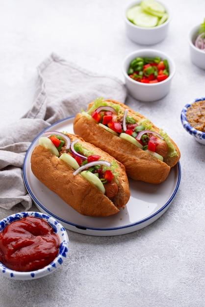 ソーセージ、ソース、野菜のホットドッグ Premium写真