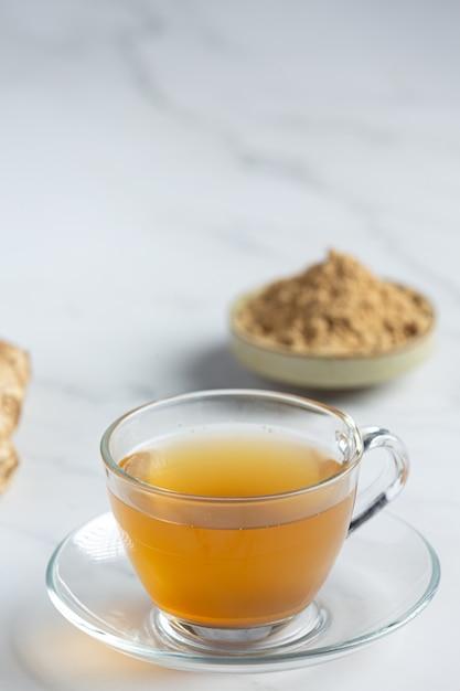 Tè caldo allo zenzero sul tavolo Foto Gratuite