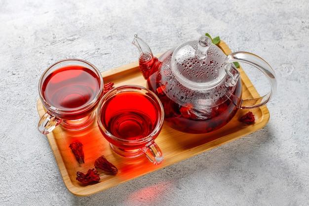 Горячий чай из гибискуса в стеклянной кружке и стеклянном чайнике. Бесплатные Фотографии