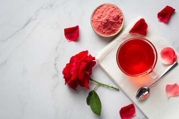 テーブルの上の熱いバラのお茶 無料写真