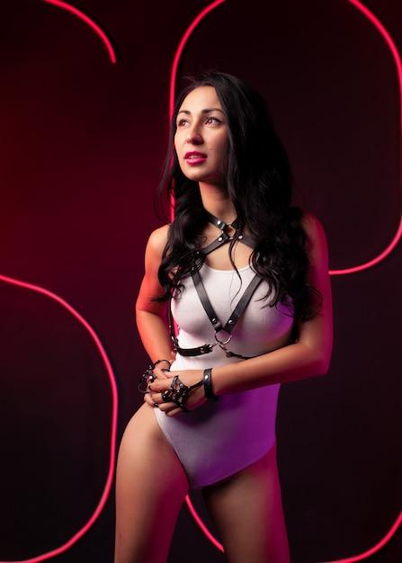 горячая девушка в ночном клубе