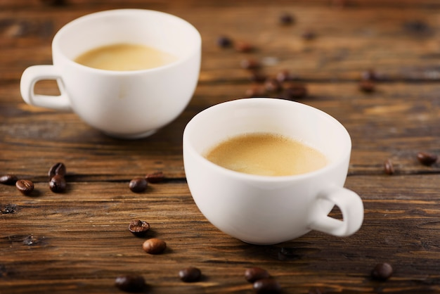 木製のテーブル、セレクティブフォーカスの熱い濃いコーヒー Premium写真