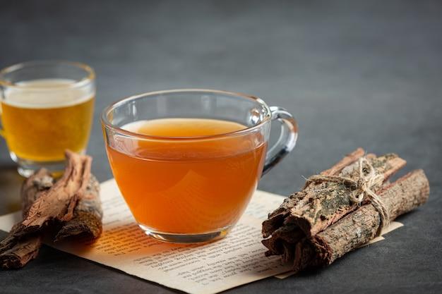 テーブルの上の熱いお茶と樹皮 無料写真