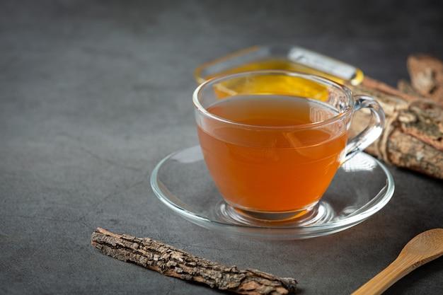 Tè caldo e corteccia sul tavolo Foto Gratuite