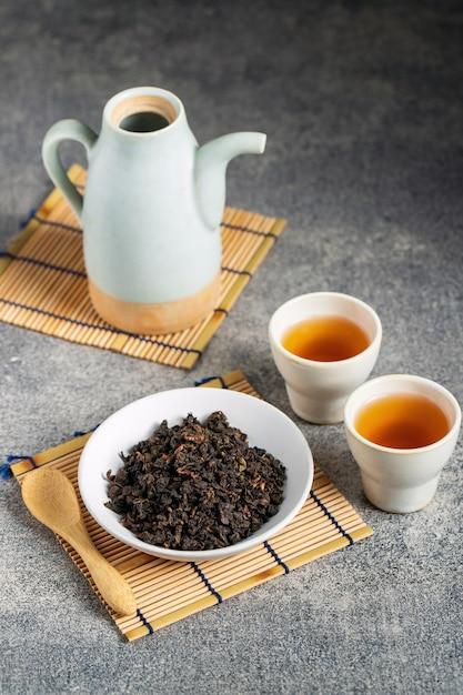Горячий чай в стеклянном чайнике и чашке с паром Premium Фотографии