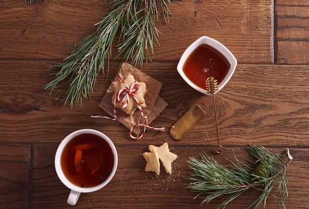 Tè caldo con miele e limone accanto ai biscotti di panpepato Foto Gratuite