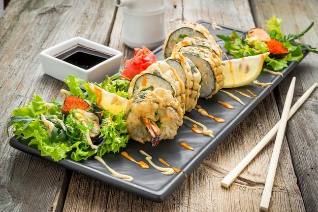 海老とチーズの天ぷら巻き、海老の天ぷら Premium写真