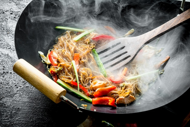 프리미엄 사진   주걱으로 냄비에 뜨거운 냄비 중국 국수.
