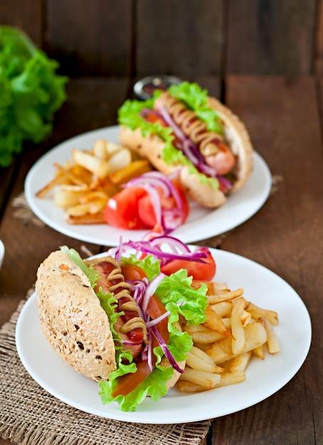 Хот-дог с горчицей и салатом кетчуп на деревянном столе. Бесплатные Фотографии