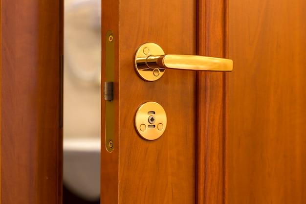문이 열린 호텔 방 또는 아파트 출입구 프리미엄 사진
