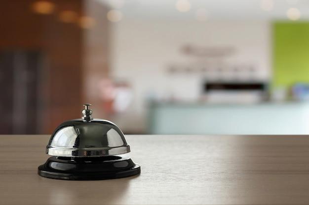 나무 카운터 배경에 호텔 서비스 벨 프리미엄 사진