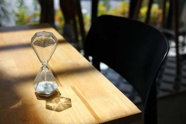 木製のテーブルに砂時計 Premium写真