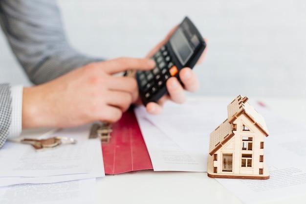 House agent using calculator Free Photo