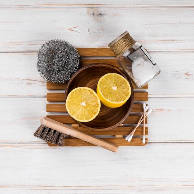 Домашние эко чистящие средства половинки и губка Бесплатные Фотографии