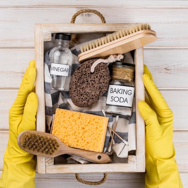 Эко чистящие средства для дома в деревянной корзине Бесплатные Фотографии
