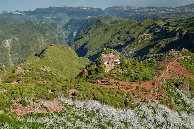 Дом расположен на холмах мадейры, португалия Premium Фотографии