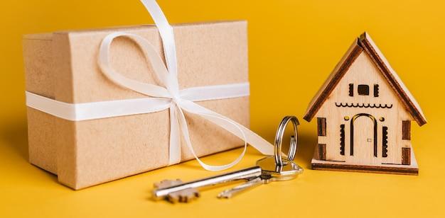 Миниатюрная модель дома, подарок и ключи Premium Фотографии