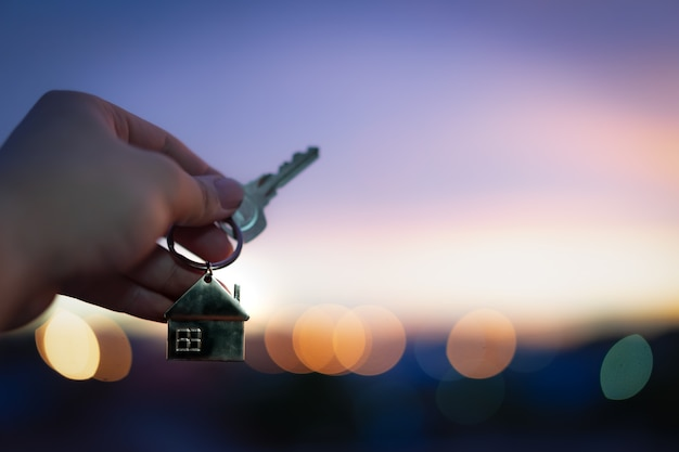 House model and key in home insurance broker agent Premium Photo