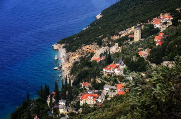 Дома на холме на побережье Premium Фотографии