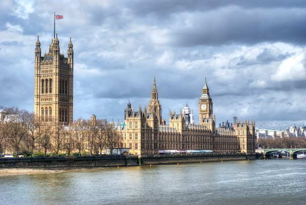Houses of parliament and big ben with thames river Premium Photo