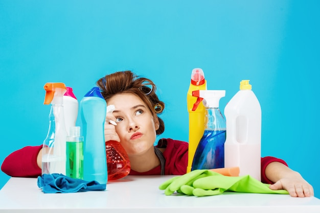 Домохозяйка выглядит усталой и задумчивой во время уборки и стирки Бесплатные Фотографии