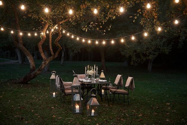 金持ちはどうやって夕食を食べますか。食糧および訪問者を待っている準備された机。夜の時間 無料写真