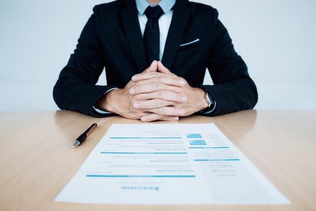 ビジネス面接hr担当者とテーブル上の応募者の履歴書。 Premium写真