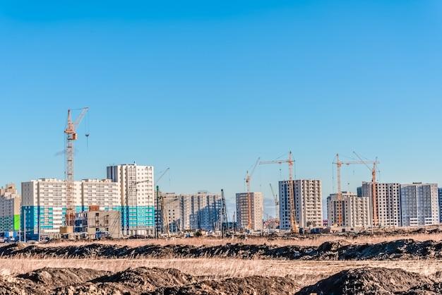 Огромный кран и строительный ландшафт Premium Фотографии