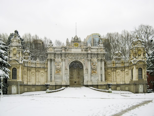 Huge picturesque dolmabahce palace in istanbul. turkey. Premium Photo