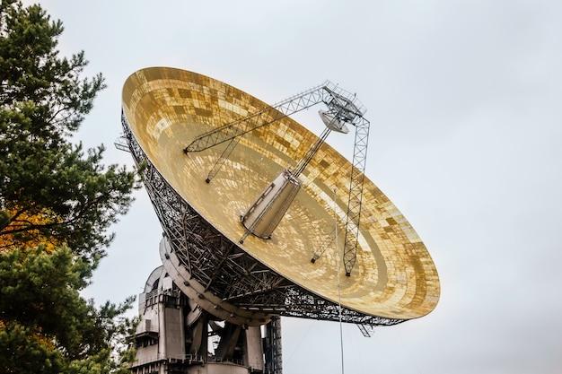 Huge radio telescope in an astronomical laboratory Premium Photo