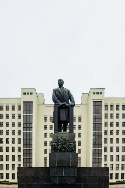 A huge sculpture of lenin at the government house. minsk, belarus Premium Photo