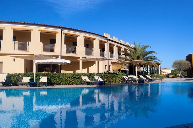 사르디니아 산 테오 도로의 리조트 호텔 근처에있는 거대한 수영장 무료 사진
