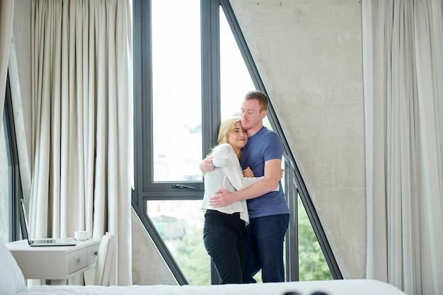 幸せなカップルを抱き締める Premium写真