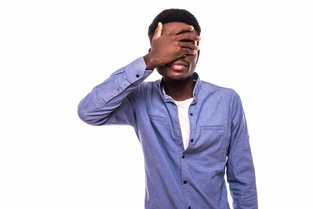 Espressioni, emozioni e sentimenti del viso umano. il giovane afroamericano che indossa una camicia a scacchi sopra una maglietta bianca, copre il viso con la mano, si sente dispiaciuto o si vergogna, non vuole mostrare i suoi occhi Foto Gratuite